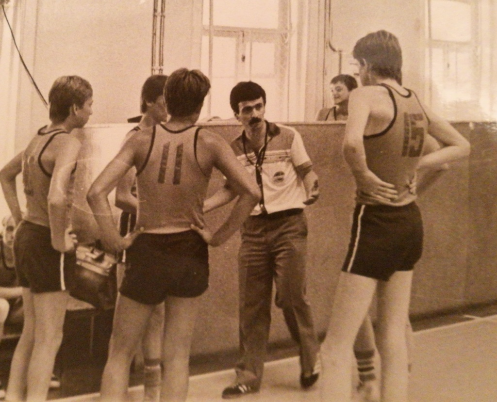 1980-е гг. П.Зайфиди тренирует команду по баскетболу.jpg