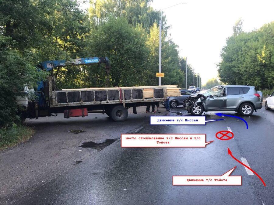 Десятки огромных досок покорежили иномарку в Костроме