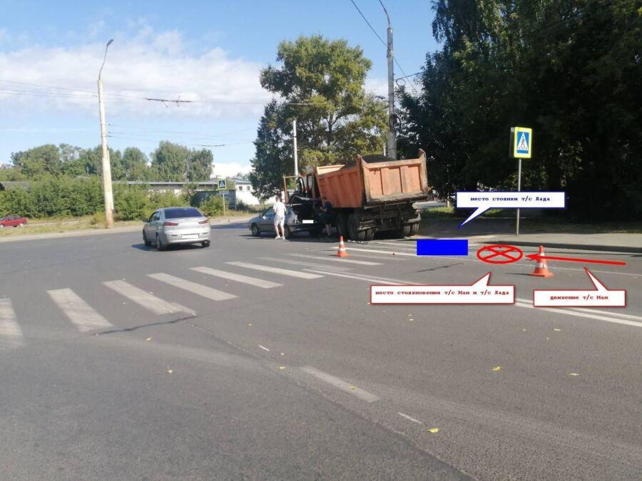 Месячная малышка попала в аварию с грузовиком в Костроме