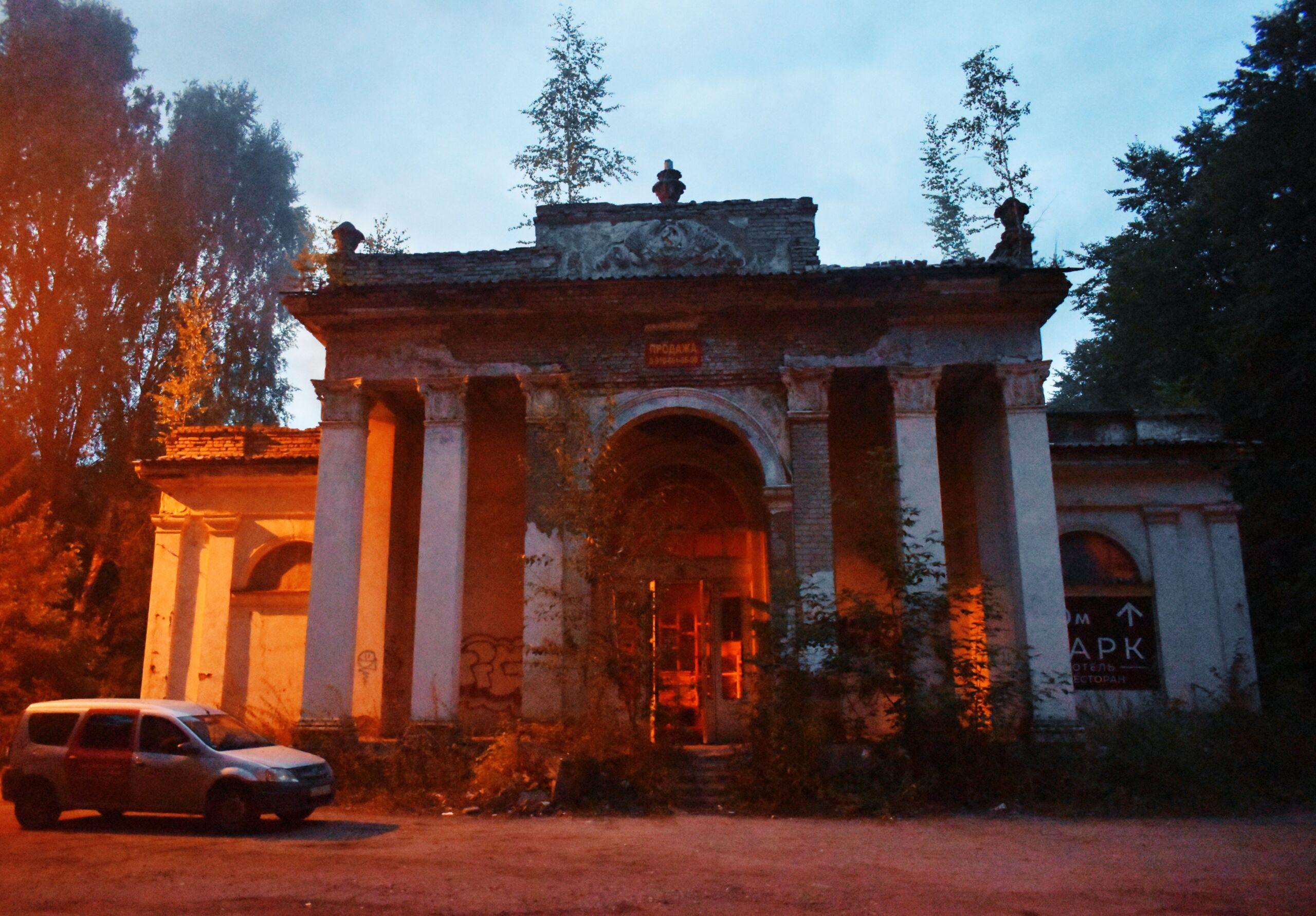 Огонь и мертвые птицы: что осталось от легендарной ВДНХ в Костроме