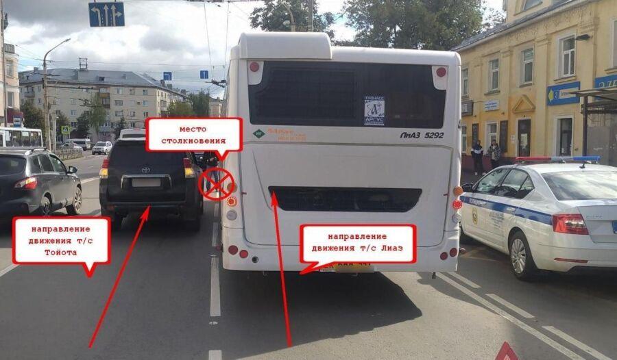 Пассажирка автобуса получила травмы во время аварии с Toyota Land Cruiser