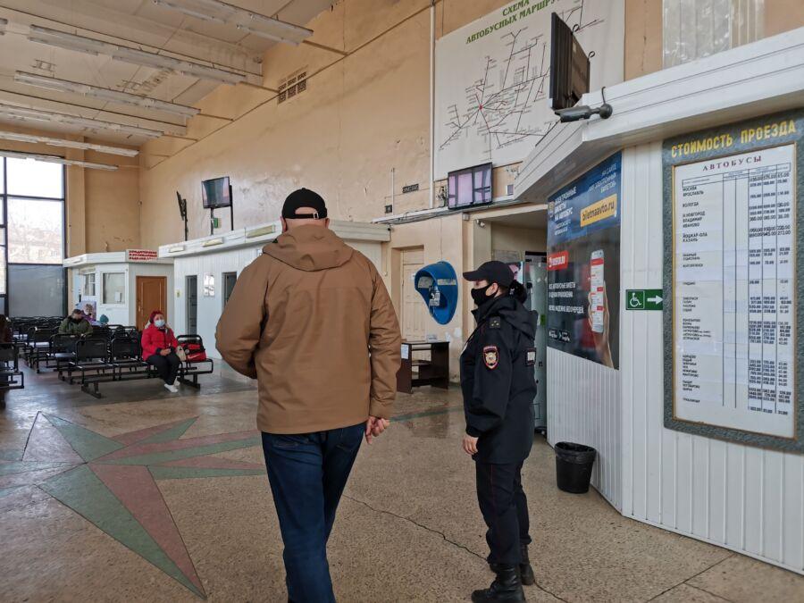 Универсам в Костроме не стал давать сотрудникам маски