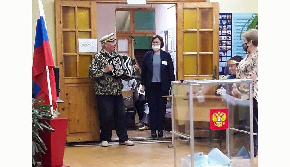 Выборы в Костромской области: в избиркомы несут цветы, приводят собак,  играют на фортепиано